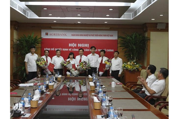 Lãnh đạo Agrinbank tặng hoa chúc mừng cho các đồng chí nhận quyết định. (Nguồn: Agribank)